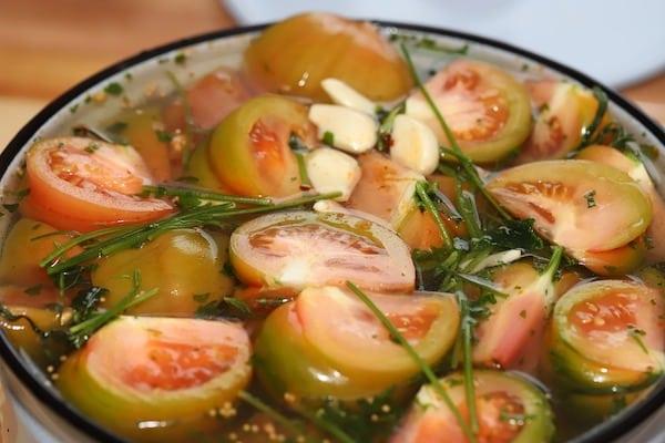 pomidory marynowane w oleju z cebulą i ziołami